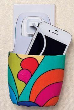 Bote de plástico cortado que sostiene un celular cargándose
