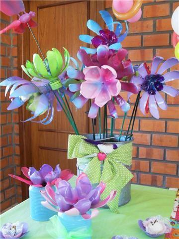 Flores coloridas hechas con partes de botellas de plástico
