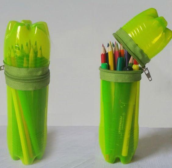 Bote de plástico con cierre y lápices de colores adentro